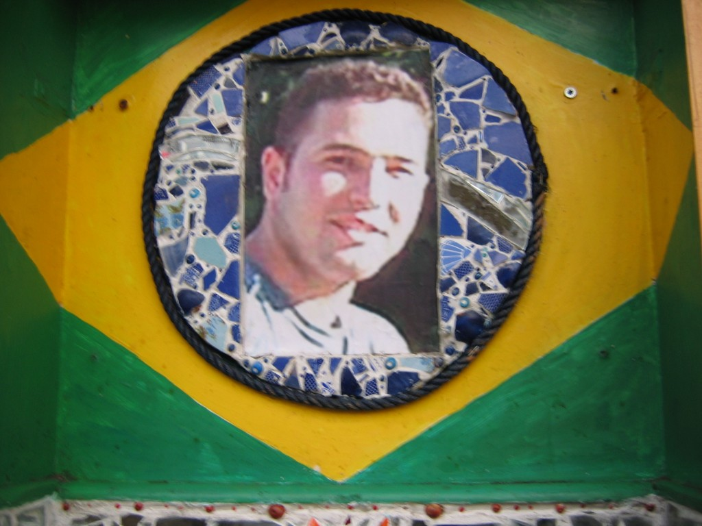 Jean_charles_de_menezes_shrine_dec_06-3