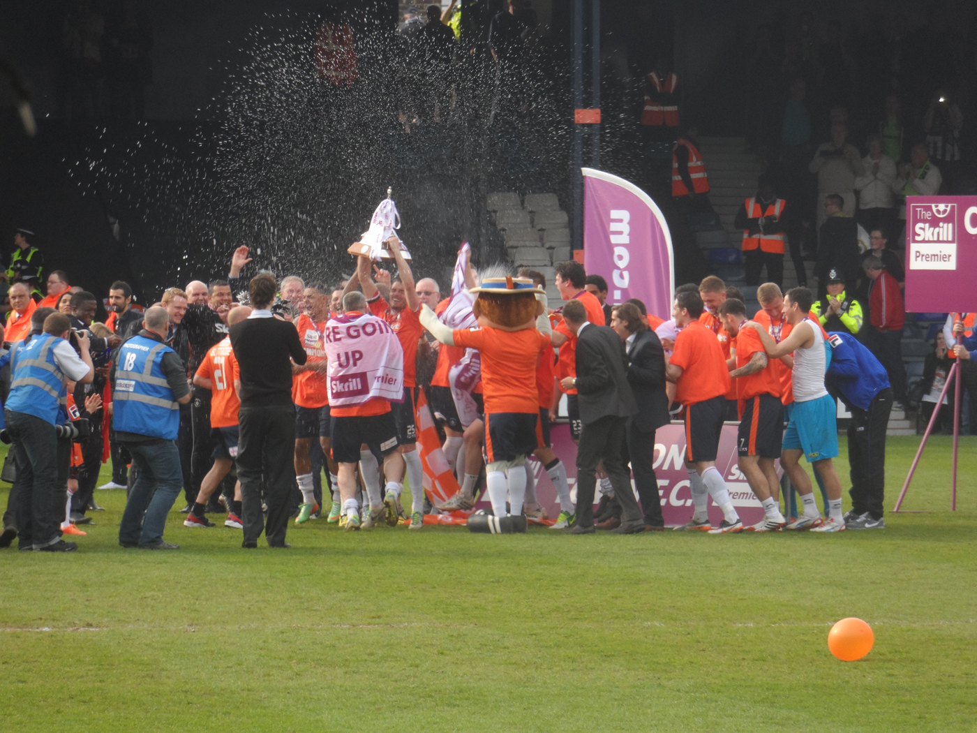 https://upload.wikimedia.org/wikipedia/commons/3/3c/Luton_Town_lift_Conference_championship_trophy_2014.jpg