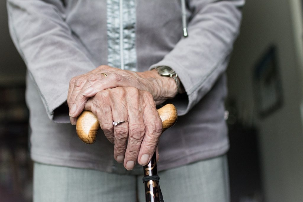 https://pixabay.com/en/hand-woman-adult-hands-elderly-3667026/